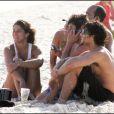 Jesus Luz à la plage à Rio de Janeiro avec des amis