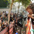 Jane Birkin est venue chanter son soutien aux sans-papiers en chantant Les petits papiers à bord d'un bus le 4 septembre 2010 à Paris