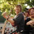 Jane Birkin et Régine sont venues chanter leur soutien aux sans-papiers en chantant Les petits papiers à bord d'un bus le 4 septembre 2010 à Paris