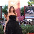 Elisa Sednaoui dans une splendide robe noire en plume Alberta Ferretti.