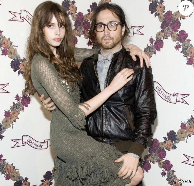 Sean Lennon et Charlotte Kemp Muhl lors du défilé Odd Molly printemps 2011 durant la Mercedes Benz Fashion Week au studio Lincoln Center le 15 septembre 2010 à New York