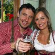 """""""Mark Van Bommel et sa compagne profitaient des joies de l'Oktoberfest en 2008. En 2010, faute de bons résultats, les stars du Bayern sont privées de bière et de culotte folklorique !"""""""