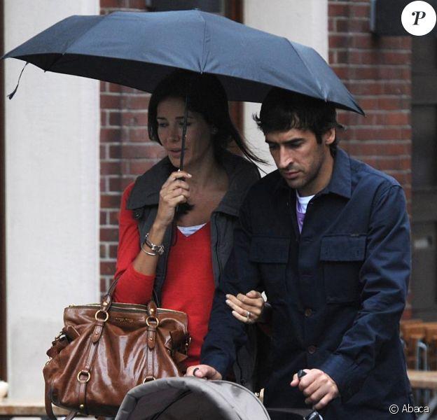 Raul et sa femme Mamen Sanz promènent leur fille Maria, 10 mois, à Dusseldorf, en Allemagne, le 24 septembre 2010