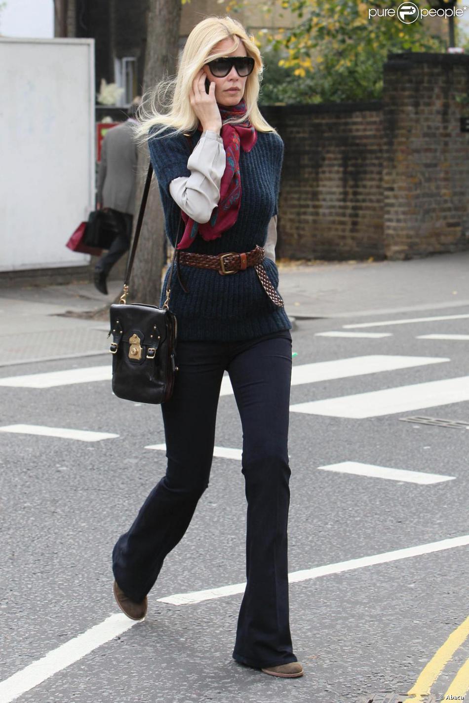 4dbde4e93345 Claudia Schiffer déambule avec sa marque de fabrique, le pull en maille  ceinturé et a