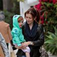Alyson Hannigan, sa petite Satyana, et son époux Alexis Denisof à Santa Monica. 16/10/2010