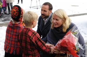 Mette-Marit et Haakon de Norvège comptent sur les secours aériens...