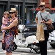 Toni Collette avec son mari Dave Galafassi et leur fille Sage Florence dans les rues de New York en juin 2010