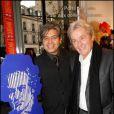 Marcos Marin et Alain Delon lors du vernissage de la galerie Caplain-Matignon à Paris le 21 octobre 2010
