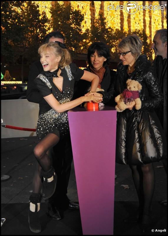 Arielle Dombasle et Tina Kieffer lors du coup d'envoi des illuminations de Noël aux Galeries Lafayettes à Paris le 4 novembre 2010