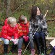 Mary de Danemark dans la forêt de Roskilde, le 8 novembre, dans le cadre d'un programme d'aide aux personnes souffrant de handicap mental.