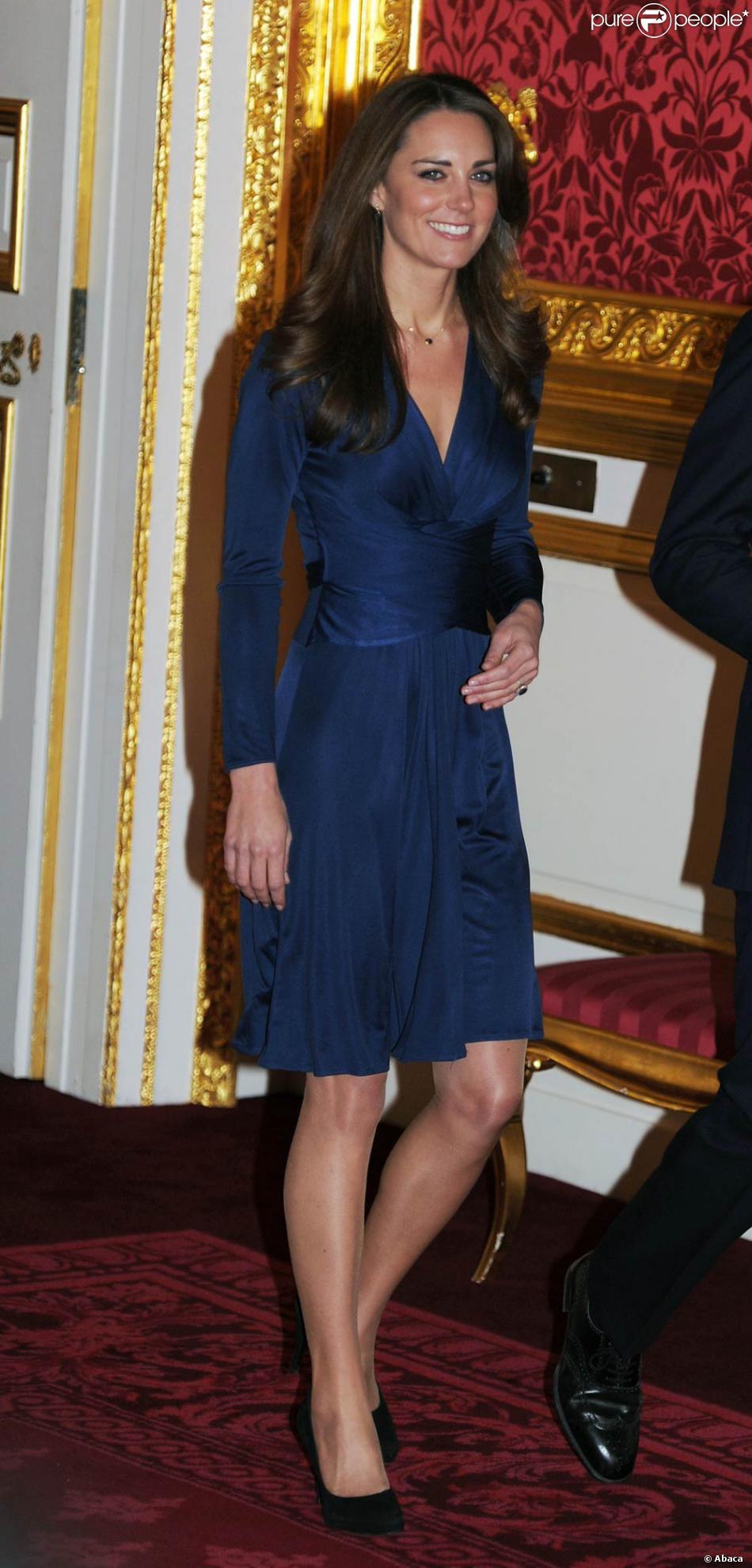 Pour L Annonce De Ses Fiancailles La Belle Kate Middleton A Choisi Une Robe Bleu Nuit Drappee Purepeople