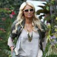 Paris Hilton arrive chez sa soeur Nicky au volant de sa Bentley Rose et suivie d'une camion rose, à Beverly Hills, le 18 novembre 2010