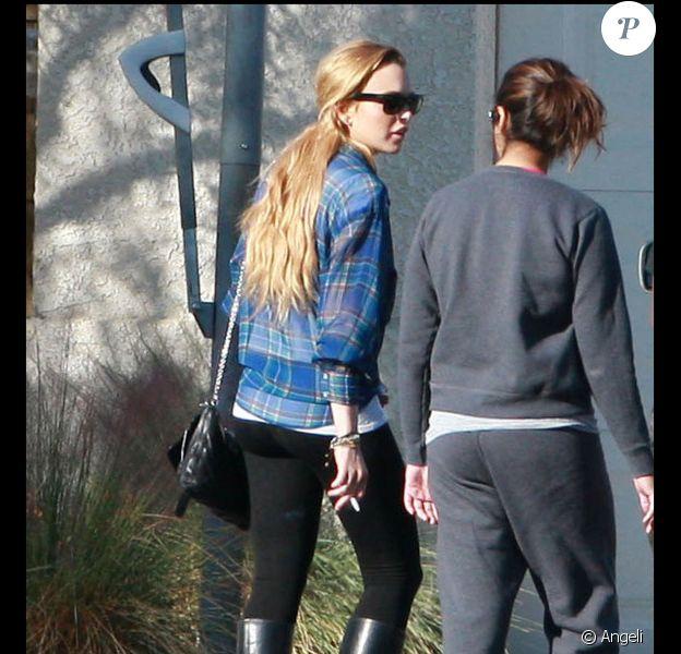 Lindsay Lohan se promène aux abords du centre Rancho Mirage où elle est traitée médicalement sur ordre de justice, vendredi 12 novembre.