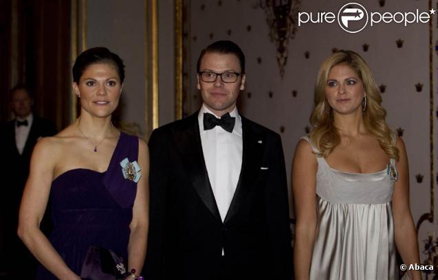 Les princesses Victoria et Madeleine de Suède étaient une fois encore sublimes, mercredi 24 novembre 2010, pour le souper du Riksdag donné par le couple royal. Le prince Daniel, époux de Victoria, servait de cavalier pour deux !