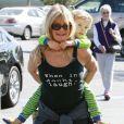 Goldie Hawn porte sur son dos son petit-fils, Ryder, dont la mère est Kate Hudson, à Los Angeles le 12 novembre 2010