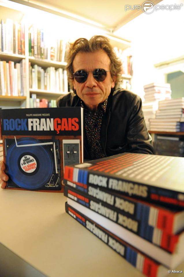 Philippe Manoeuvre signe son livre  Le Rock français , à Paris, le 9 décembre 2010