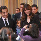 Carla Bruni continue de jouer la mère Noël au bras de son Président...