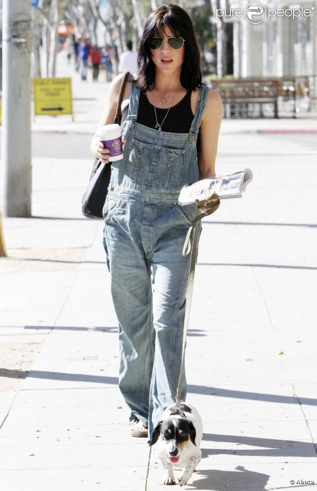 Selma Blair, enceinte, se promène à Los Angeles avec son chien. 17/01/2011