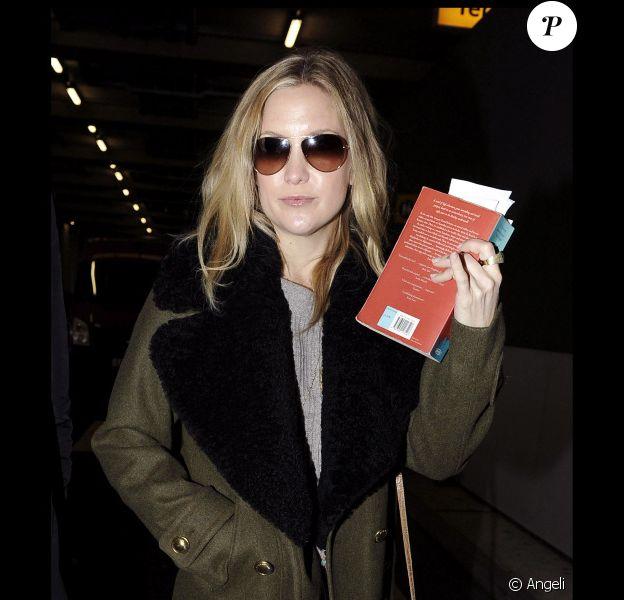 Kate Hudson, enceinte, arrive à l'aéroport de Londres Heathrow. 24/01/2011