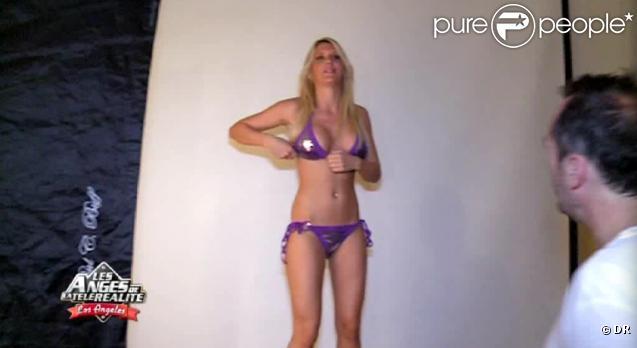 Amélie en pleine séance photo sexy dans Les Anges de la télé-réalité
