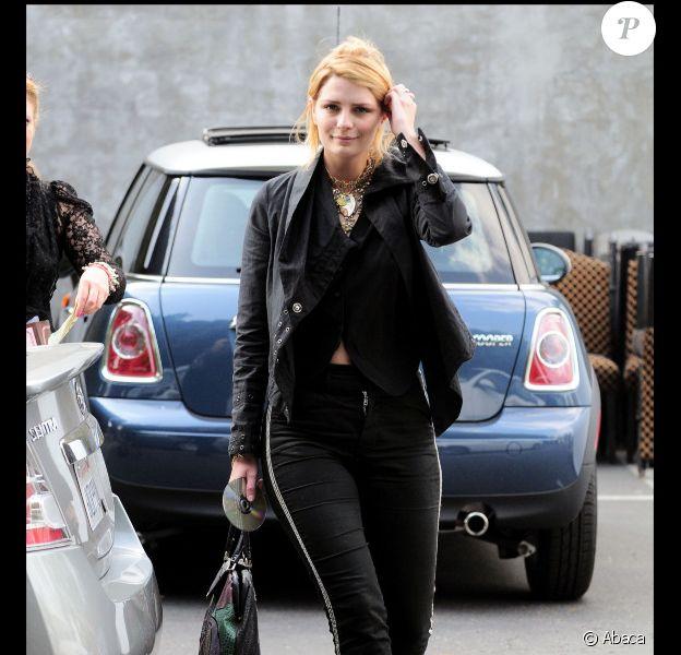 Mischa Barton fait fausse route avec une paire de boots portées avec un jogging et une veste en cuir, le 8 février 2011.