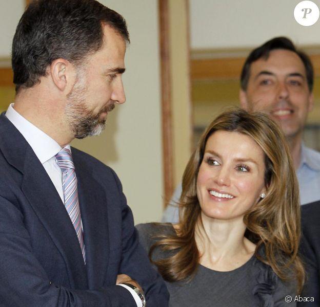 Letizia d'Espagne et Felipe d'Espagne visitent une station de radio à Madrid, le 9 février 2011.