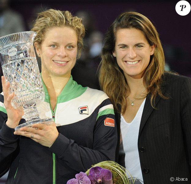 Kim Clijsters le vendredi 11 février 2011 lors de l'Open GDF Suez. Elle devient la première maman n°1 mondiale ! Ici avec Amélie Mauresmo, co-directrice du tournoi.