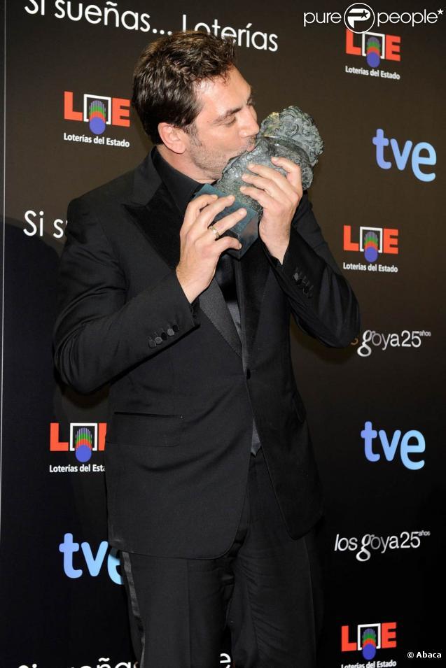 Le grand Javier Bardem remporte le prix du meilleur acteur lors de la cérémonie des Goya Awards 2011, à Madrid, le 13 février 2011.