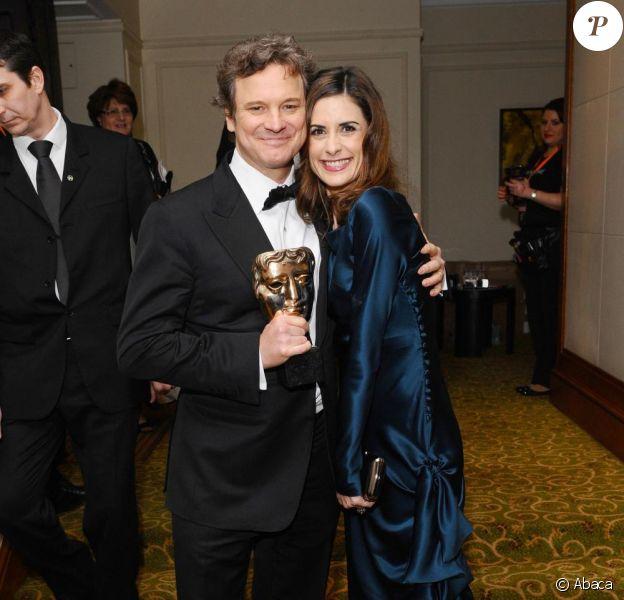 Colin Firth pose avec son BAFTA et sa femme Livia le 13 février 2011 à Londres