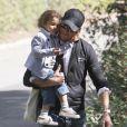 Gabriel Aubry fait une balade avec sa fille Nahla, à Los Angeles, le 17 février 2011.