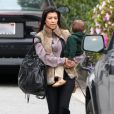 Kourtney Kardashian et son fils Mason, à Beverly Hills le 18 février 2011
