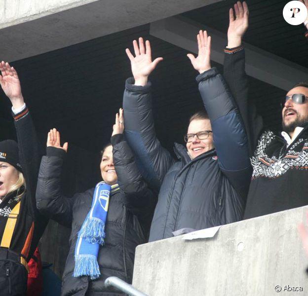 Victoria et Daniel de Suède (au centre) ont rejoint Mette-Marit (g.) et Haakon (d.) de Norvège et toute la famille royale les 3 et 4 mars 2011 pour vibrer à l'occasion des championnats du monde de ski nordique à Oslo !