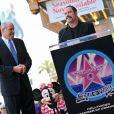 John Travolta félicite Michael Eisner, de Disney, pour son étoile, le 25/04/08