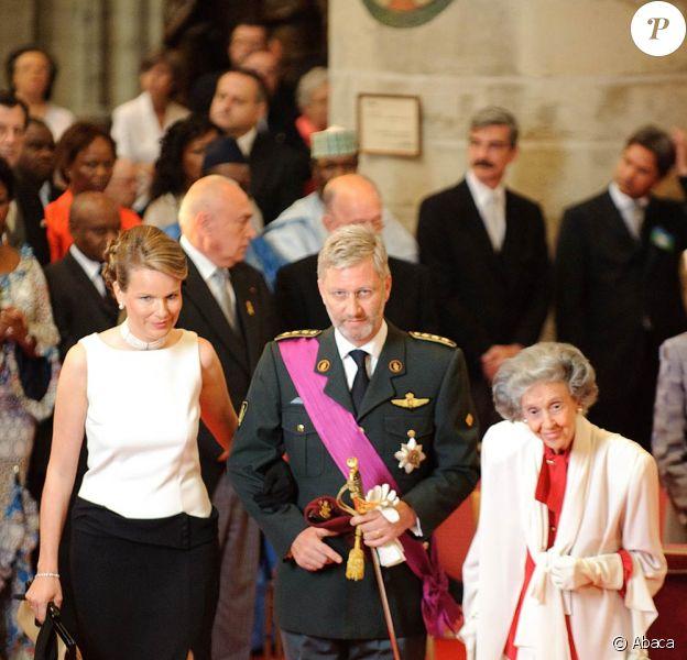 La reine Fabiola de Belgique (photo : avec son neveu le prince héritier Philippe et sa femme la princesse Mathilde lors de la Fête nationale le 21 juillet 2010) est régulièrement la cible de menaces de mort.