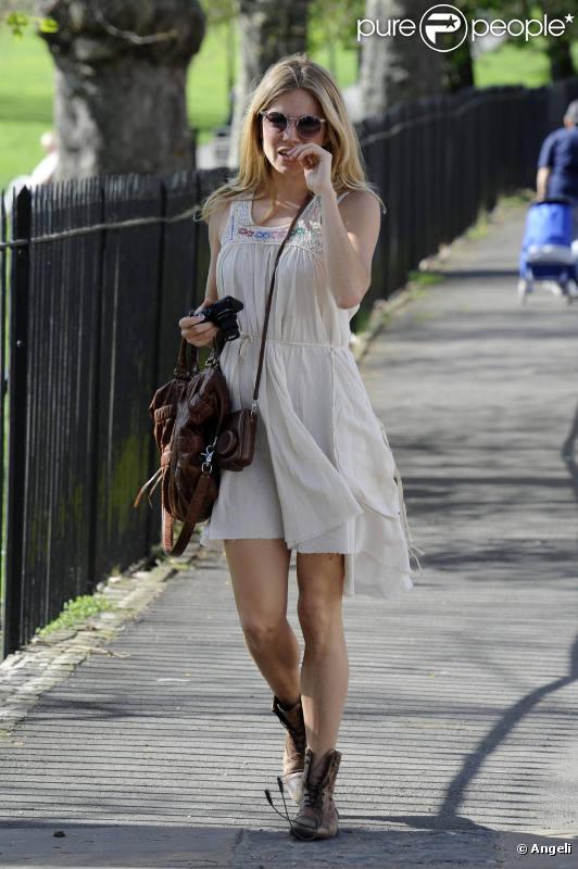 Quand Sienna Miller adopte le look bohème, on est sous le charme. Le contraste de la robe blanche légère et des bottes de motarde est simplement parfait !