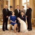 La princesse Mary et le prince Frederik de Danemark avec le prince Vincent, dans la grande salle de leur demeure (le palais Frederik VIII), le 14 avril 2011, quelques heures après le baptême des deux chérubins.   Les parrains (sauf Felipe d'Espagne) et marraines du prince Vincent prennent la pose : John Stuart Donaldson (frère de Mary), la baronesse Helle Reedtz-Thott, le prince Gustav de Sayn-Wittgenstein-Berleburg, Caroline Heering et Michael Ahlefeldt-Laurvig-Bille.