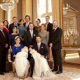 La princesse Mary et le prince Frederik de Danemark avec leurs jumeaux, le prince Vincent et la princesse Joséphine, dans la grande salle de leur demeure (le palais Frederik VIII), le 14 avril 2011, quelques heures après le baptême des deux chérubins.   Le collège des parrains et marraines, à l'exception de quelques absents (comme le prince des Asturies Felipe d'Espagne) réuni autour des nouveaux-nés