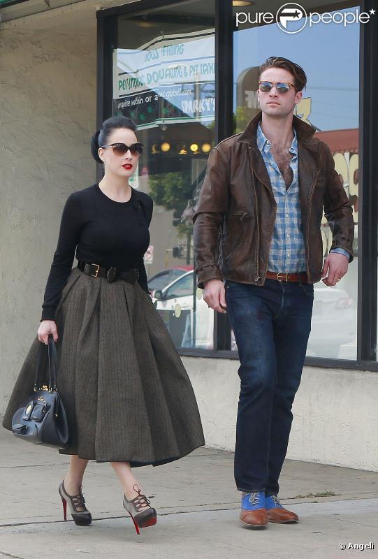 Dita Von Teese et son bien-aimé Louis-Marie de Castelbajac sortent du restaurant The Cube, à Los Angeles. Avril 2011