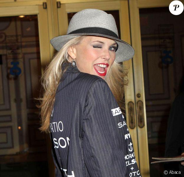 Christie Brinkley très en forme et joueuse devant son théâtre, à Broadway, où elle joue dans la comédie musicale Chicago. New York, le 16 avril 2011