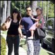 Cash Warren et sa fille Honor lors d'une balade avec la nounou près d'un parc de Los Angeles le 16 aril 2011
