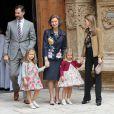 Letizia et Felipe d'Espagne, entourés de Sofia d'Espagne et de leurs enfants lors de la messe de Pâques célébrée à Palma de Majorque le 24 avril 2011
