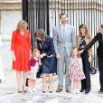 Letizia et Felipe d'Espagne, entourés de Sofia d'Espagne, des princesses Elena et Cristina ainsi que de leurs enfants lors de la messe de Pâques célébrée à Palma de Majorque le 24 avril 2011
