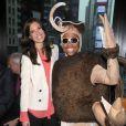 Mandy Moore, ici avec un homme déguisé en moustique géant, donne le coup d'envoi de la campagne de prévention sur les dangers du paludisme, à New York, lundi 25 avril.