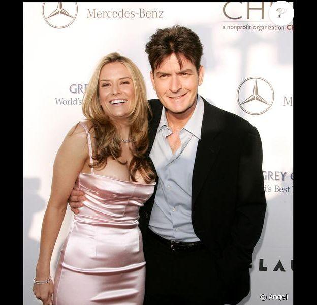 Charlie Sheen et Brooke Mueller, en 2007, à Beverly Hills, quelques mois avant leur mariage.