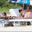 Kelly Rowland se prélasse sur une plage de Miami, le 1er mai 2011