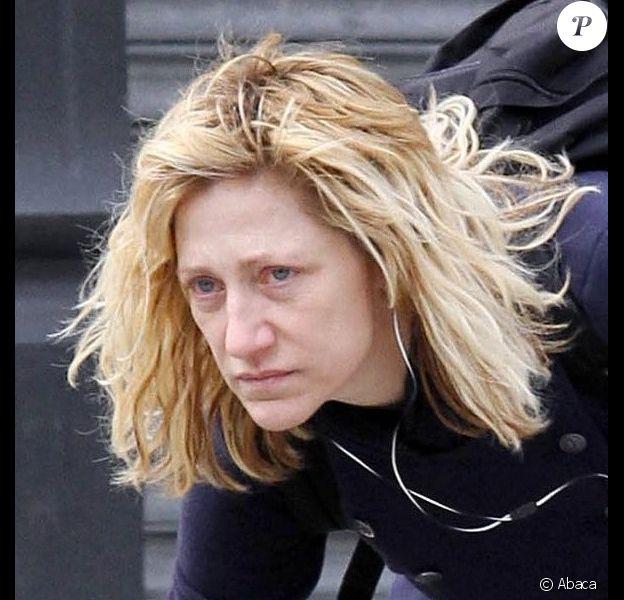 Edie Falco sans maquillage et négligée, promène son chien dans les rues de New York, le 15 avril 2011