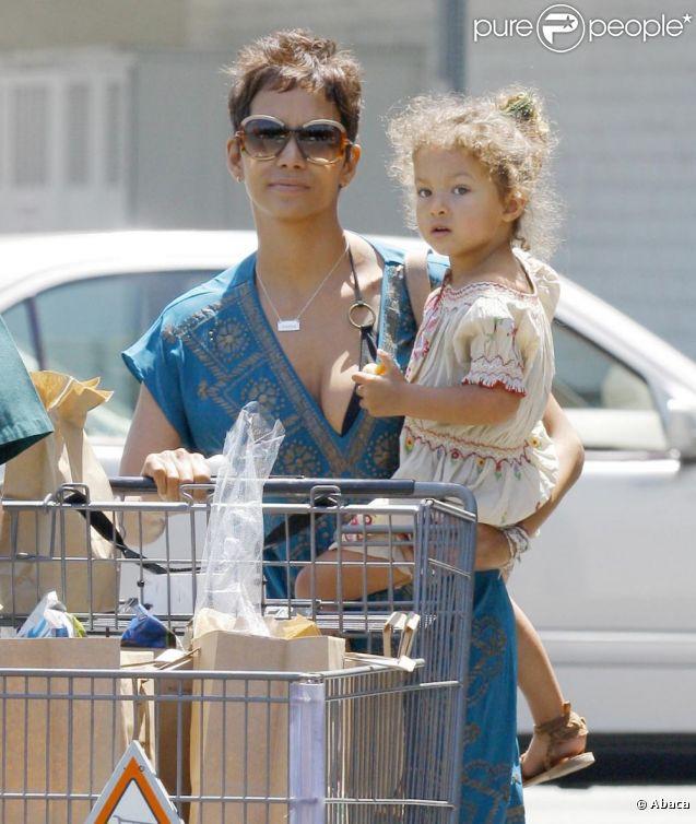 Halle Berry en tête à tête avec son trésor Nahla lors d'une virée shopping à Beverly Hills. Le 3 mai 2011