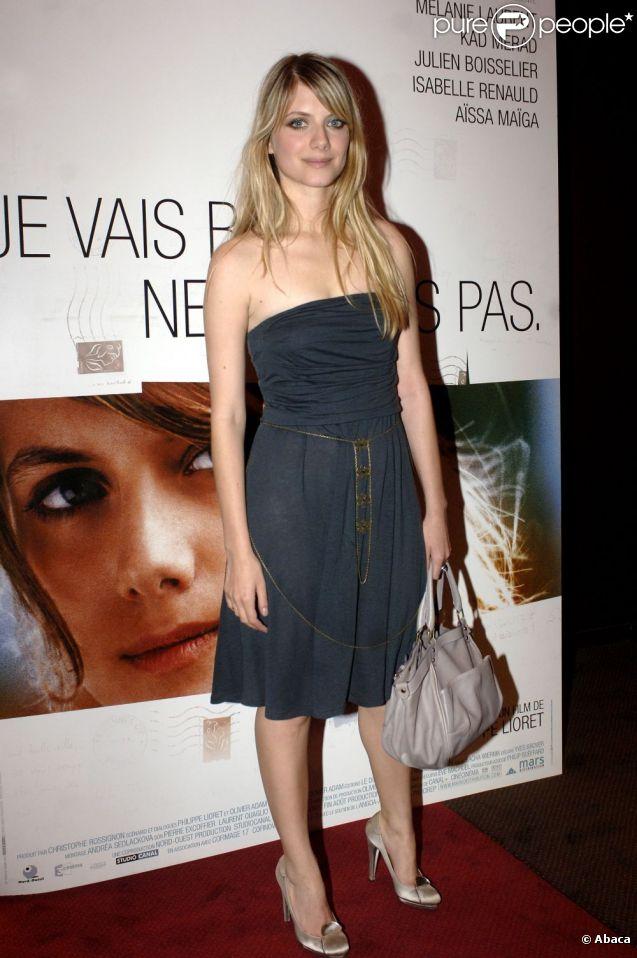 Cheveux long lâchés et petite robe bustier, la belle Mélanie Laurent se métamorphose. Elle vient présenter son premier film à succès,  Je vais bien ne t'en fais pas . Paris, 31 août 2006