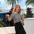 Depuis qu'elle a tourné avec Tarantino, Mélanie Laurent se sent bien et ça se voit ! Tout en confiance, la belle blonde s'assume et porte magnifiquement cet ensemble jupe et marinière. Cannes, 20 mai 2009