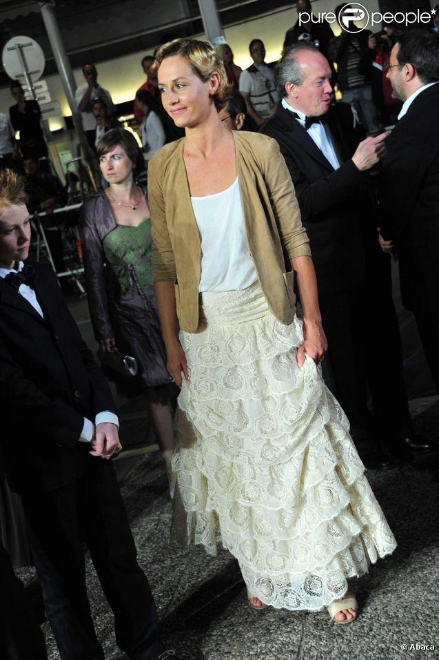 Cécile de France, dans une robe Jonathan Riss pour Jay Ahr  lors de la projection du Gamin au vélo au festival de Cannes le 15 mai 2011